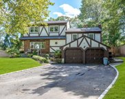 8 Wren Ct, Commack image